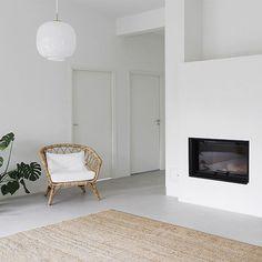 Viikonloppu ja vieraita odotellessa (sekä sohvaa) ☺️ #olohuone #romotop #takka #ikea #rottinkituoli #juuttimatto #cobello #louispoulsen #radiohus #peikonlehti #livingroom #sisustus