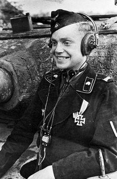 Nicht Waffen SS sondern ein Panzersoldat;nicht alles mit Totenkopf ist SS.