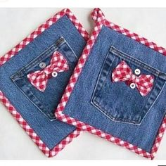 Denim Potholders Denim & Red Gingham Set of Two Buttons I recycled a pair of old jeans into these cute hotpads. The batting is new Insul-Bright needled Wonderful Ways To Repurpose Old Jeans For The Seamstress In You Cleverer Trick zum Ges Jean Crafts, Denim Crafts, Fabric Crafts, Sewing Crafts, Sewing Projects, Artisanats Denim, Quilted Potholders, Denim Ideas, Recycle Jeans