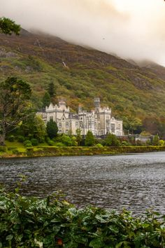 The 11 Best Castles in Ireland You Must Visit - - Here are the best castles to visit in Ireland on your next trip. It's pretty hard to visit Ireland and not wind up visiting a castle. Cool Places To Visit, Places To Travel, Places To Go, Ireland Places To Visit, Ireland Vacation, Ireland Travel, Cork Ireland, Galway Ireland, Ireland Food