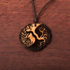 Baum des Lebens Yin Yang - Ketten Holzschmuck aus Naturholz / Anhänger Wood Burning Stencils, Diy Love, Diy Schmuck, Dremel, Pyrography, Tree Of Life, Biscuit, Washer Necklace, Vegan