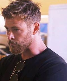 Oh, I really love Chris Hemsworth. For me he is the most beautiful creature . Oh, ich liebe Chris Hemsworth wirklich. Für mich ist er das schönste Geschöpf… Oh, I really love Chris Hemsworth. For me he is the most beautiful creature in the world Short Hair Model, Short Hair Cuts, Short Hair And Beard, Men Hairstyle Short, Short Hairstyles With Beard, Fade With Beard, Hairstyle Ideas, Cabelo David Beckham, Hair And Beard Styles