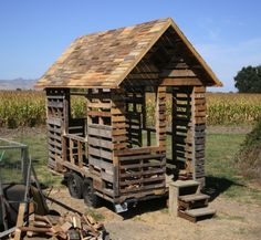 a pallet kids playhouse. Oh, the possibilities. a pallet kids playhouse. Oh, the possibilities. a pallet kids playhouse. Oh, the possibilities. Pallet Playhouse, Pallet Shed, Pallet Crates, Pallet House, Old Pallets, Recycled Pallets, Wooden Pallets, Wooden Diy, Pallet Fort
