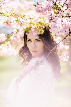 Ein Boudoir Fotoshooting mit Kirschblüten | Friedatheres.com  Fotografie: Carito Photography  Make Up & Haare: Tamara Buschendorf  Lingerie: H&M  Morgenmantel: Triumph  Model: Rebecca