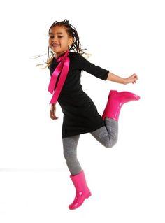 Stoere zwarte kinderjurk met driekwart mouwen. Voorzien van twee drukkertjes bij de hals, zodat je de jurk zelf kan personaliseren en past bij elke gelegenheid. Elke keer weer opnieuw!