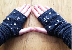 Simple DIY fingerless gloves from socks (minimal sewing involved if you would like to add embellishments) Estilo Geek, Diy Gifts To Make, Diy Mode, Do It Yourself Fashion, Sock Crafts, Diy Clothing, Upcycling Clothing, Mitten Gloves, Hand Gloves