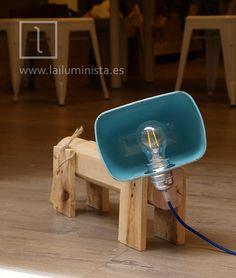 Lámpara con forma de perro hecha con madera de palet y el foco de un  citroen c2. lámpara de diseño artesanal.