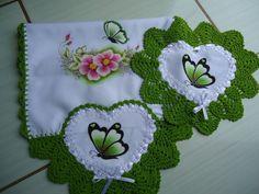 Trilho d mesa e guardanapo d coração de Dayane Garcia Crochet Doily Patterns, Crochet Doilies, Knit Crochet, Creative Embroidery, Felt Christmas, Blue Beads, Fabric Painting, Sewing Crafts, Diy And Crafts