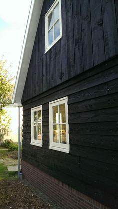 Voor Martins Dakwerken hebben wij deze Oud-Hollandse schuur ontworpen.Het bedrijf zal hier zijn werkplaats en kantoor in vestigen. Voor de uiteindelijke realisatie van de schuur diende wel een bestemmingsplanwijziging te worden doorgevoerd. En is er een bestaande oude woning gesloopt. Alle noodzakelijke procedures om tot uitvoering van dit plan te … Workshop Shed, Summer House Garden, Pur Sang, Siding Colors, Wooden Buildings, Wooden Projects, White Cottage, Garage Design, Cladding