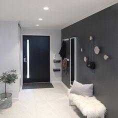 Hallway Decorating, Interior Decorating, Interior Design, Nordic Interior, Dark Walls, Scandinavian Interior, Beautiful Interiors, Mudroom, Interior Inspiration