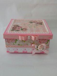 Caixa em mdf pintada e decorada cim scrapbook. Uma ótima opção para decorar e guardar lacinhos. Uma caixa desponivel a pronta entrega.