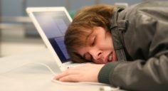 Internet: Consecuencias de no dormir: Las características más evidentes de la falta de horas de sueño son las consecuencias emocionales, se manifiestan como somnolencia, cambios repentinos del humor, irritabilidad, adopción de una actitud más pesimista, tristeza, enojo extremo, aumento de estrés y ansiedad.La pérdida de reflejos, visibilidad y coordinación de movimientos también aparece ante la falta de sueño.
