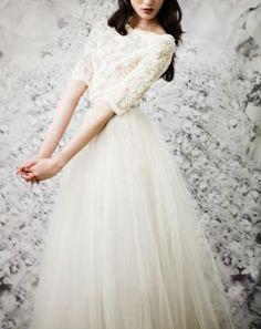 Winter-Hochzeit im glitzernden Schnee   Hochzeitskleid mit Ärmeln   Spitze & Glitzer & Perlen   Delicate and cozy: winter wedding inspiration   Empfohlen von Himmelreich Fotografie