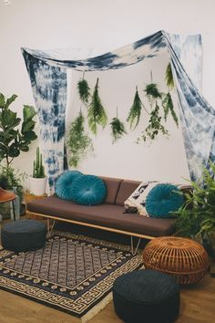 Tons of gorgeous decor inspiration! Bohemian DIY Decor: 10 Projects for a Colorful, Layered & Eclectic Look Studio Decor, Deco Cool, Piece A Vivre, Deco Design, My New Room, Bohemian Decor, Boho Diy, Cabana, Modern Retro