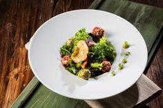 Ziegenkäsepralinen auf Blattsalat Caesar Salat, Caprese Salat, Vegetables, Food, Photo Search, Pinterest Blog, Fine Dining, Dish, Dinner Plates