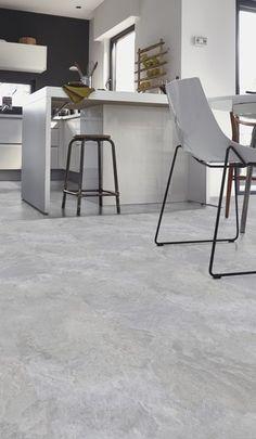 Grijze pvc klik laminaat betonlook tegels. Grijze pvc tegels hebben de looks van een stoere betonvloer, maar voelen een stuk prettiger aan je blote voeten. Mooi te combineren met een industriële woonstijl. #grijs #tegels #pvc #vloer #klik #keuken #badkamer #lichtgrijze #betonlook