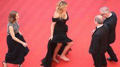 Julia Roberts tira sapatos altos no tapete vermelho do Festival de Cannes
