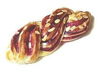 [Blueberry Jam Bread] Sour and colorful blueberry cream gives the bread good taste and appearance.