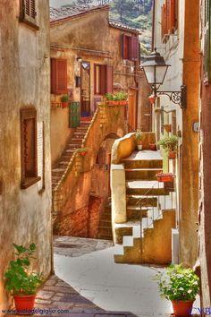 Cagliari, Sardinia, Italy / rivièred'ocre / rue / urbain / escaliers / façade