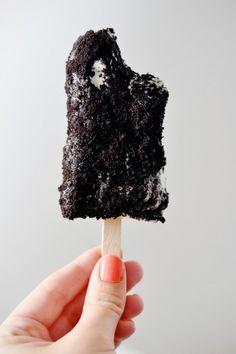 Cookies & Cream Popsicles - Fill the popsicle molds with 1 tbsp vanilla ice cream. Drop one cookie in each mold then ice cream then another cookie. Freeze until solid. Once frozen roll in oreo cookie crumbs Desserts Menu, Frozen Desserts, Frozen Treats, Just Desserts, Delicious Desserts, Dessert Recipes, Yummy Food, Tasty, Magnum Paleta