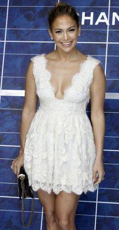 Jennifer Lopez em desfile: decote e pernas à mostra