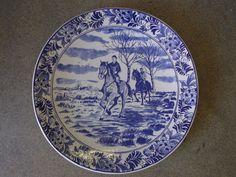 Antiek vintage Delfts Blauw bord. Dit bord is zeer zeldzaam en zal je niet gauw vinden. Het is een collectors item. Made in Holland en handgeschilderd. Doorsnede van dit bord is ongeveer 41.5 cm en in goede staat. Prijs € 168.00.