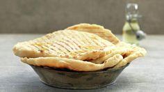 Brød på grillen er overraskende enkelt og fantastisk imponerende. Server grillet focaccia med litt olje og krydder eller godt smør, bruk den som sandwich eller pizzabunn. Mulighetene er mange! Norwegian Food, Grilling Recipes, Kos, Apple Pie, Bread, Baking, Sweet, Desserts, Wraps
