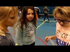bewegend leren zoek de juiste tafels - YouTube Teacher Tools, Multiplication, Fun Learning, Mathematics, Back To School, Classroom, Gym, Youtube, Stage