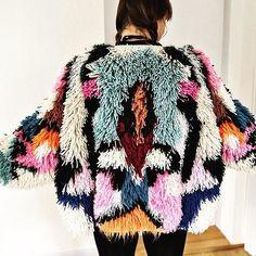 Just love this colorful shaggy jacket! Fashion Art, Fashion Design, Womens Fashion, Knitting Blogs, Moda Vintage, Boho, Mode Inspiration, Fashion Details, Knitwear
