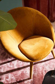Inget hem är komplett utan en fåtölj. KYOTO är underbar som komplement till en soffgrupp eller som ensam möbel i ett rum med bara en vacker matta och härliga sammetsgardiner. Sammetstyget har en skimrande look, vilket gör att utseendet förändrar sig beroende på hur ljuset faller och från viket håll du ser fåtöljen. KYOTO har vackra höga ben klädda i sammet, en stabil stomme av furuträ och plywood med god sittkomfort tack vare sin fantastiska uppbyggnad av kallskum, zickzackfjädring…