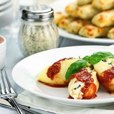 Conchiglionis farcis à la ricotta et basilic, sauce tomate