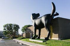 El Orange County Museum of Art (OCMA), en Newoport Beach, California, tiene una nueva mascota. La escultura Bad Dog, un labrador de más de 8 metros y medio de alto, que marca su territorio en uno de los muros del museo. Fue creado por Richard Jackson, artista de 73 años con base en Los Ángeles, como parte de una exposición llamada Ain't Painting a Pain que fue inaugurada en febrero´13 y podrá visitarse hasta el 5 de mayo.