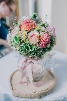 Brautstrauß Hortensien Rosen Kamille Dahlien - Scheunenhochzeit im Bayerischen Wald von Nadine Lorenz | Hochzeitsblog - The Little Wedding Corner