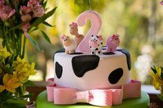 Festa Fazendinha   2 anos da Lolô Farm Birthday Cakes, 2nd Birthday Party Themes, Farm Animal Birthday, Girl 2nd Birthday, Cowgirl Birthday, Cowgirl Party, Barnyard Cake, Barnyard Party, Farm Cake