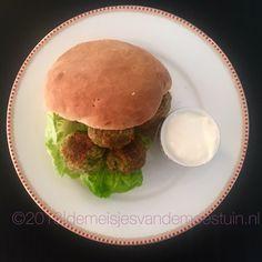 broccoli falafel Falafel, Fritters, Broccoli, Hamburger, Bread, Snacks, Healthy, Ethnic Recipes, Lunch Ideas