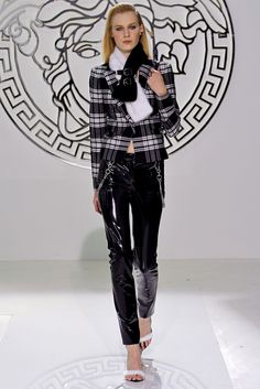 See the complete Versace Fall 2013 Ready-to-Wear collection.