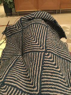 Dominotæppe | Gratis strikkeopskrifter | Strikkeglad.dk Alpaca, Drops Design, Litter Box, Knit Or Crochet, Animal Print Rug, Leather Bag, Diy And Crafts, Quilts, Knitting