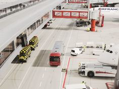 Der Shuttlebus bringt die Passagiere zum Terminal. // The shuttle bus brings the passengers to the terminal.