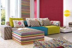 Jugar con las telas y escoger una de ellas como centro de atención e inspiración puede transformar la sala antigua en una realmente arriesgada y especial, recomendada para hogares relajados, juveniles o con niños