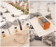 Regalos para ellos en bodas: pajarita y whiskey.gris berenjena