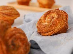 Σπιτικά cruffins Onion Rings, Bagel, Doughnut, Donuts, Bread, Homemade, Ethnic Recipes, Desserts, Food