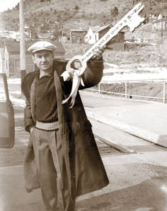Lowell Thomas gets the key to the city Victor, City of Mines. Thomas grew up in Victor. Lowell Thomas, Colorado City, County Seat, Heaven On Earth, Ghost Towns, Ancestry, American History, Vintage Photos, Famous People
