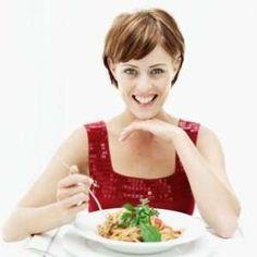 Yemeğinizi masada yiyin!! – Yemeğinizi yerken dikkatinizi başka yere odaklamazsanız düşündüğünüzden daha az yersiniz. Tabağınızı doldururken veya yemeğinizi çiğnerken televizyonu kapatıp, bilgisayarınızdan uzaklaşırsanız düşüncesizce davranmazsınız. Bir düşünün!! Kaç kere...