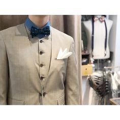 ベージュのノーカラースリーピース。 . . デニムシャツにモスグリーンの蝶ネクタイ fc060c0e5e6