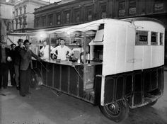 Pie Cart, Hereford St, Christchurch in 1952 Caravan Van, Nz History, Christchurch New Zealand, Coffee Carts, Old School Toys, Hereford, South Island, Auckland, Historical Photos