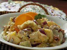 Salát natrháme na kousky a brambory nakrájíme na větší kousky. Rajčata, cibuli a pomeranč, zbavený bílých vláken, nasekáme na menší...