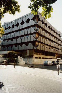 Au début des années 1960, un collectif d'architectes décorateurs, L'Œuf Centre d'études, se mit à habiller halls d'immeubles et lieux publics de panneaux de mosaïques. Colorés, syncopés, ils sont emblématiques du Paris de ces années-là. Comme un film de Sautet. La façade de l'ambassade d'Afrique du Sud, quai d'Orsay à Paris. Érigée en 1974, elle a été revêtue de fonte d'aluminium. © Alexandre Guirkinger