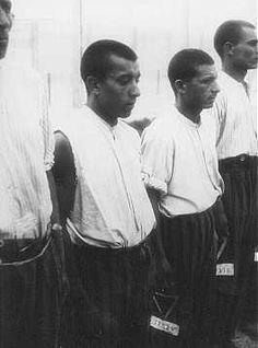 Détenus tsiganes faisant la queue pour l'appel dans le camp de concentration de Dachau. Allemagne, 20 juin 1938.