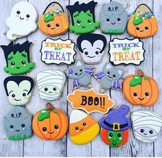 Spooky Fun Halloween Cookies Check out this list of creepy, cute, scary, spooky Halloween cookies! Decorated cookies for kids and Halloween Desserts, Halloween Cupcakes, Spooky Halloween, Halloween Mignon, Bolo Halloween, Halloween Torte, Halloween Backen, Postres Halloween, Halloween Cookies Decorated