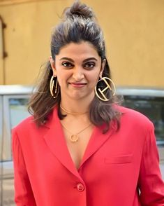 Deepika Padukone Slays In An All Red PantSuit For The Chhapaak Promotions - HungryBoo Indian Bollywood Actress, Bollywood Girls, Beautiful Bollywood Actress, Most Beautiful Indian Actress, Beautiful Actresses, Indian Actresses, Bollywood Images, Deepika Padukone Dresses, Deepika Ranveer